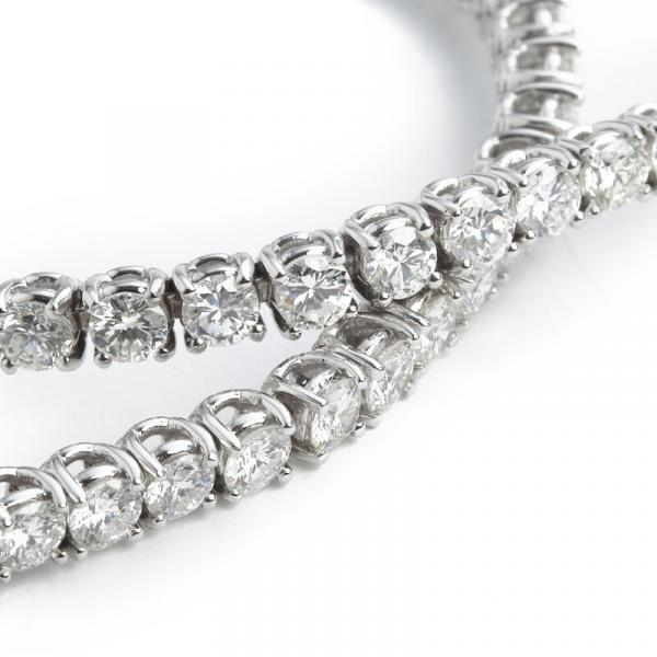 A diamond bracelet set with numerous brilliant-cut diamonds weighing a total of app. [...]
