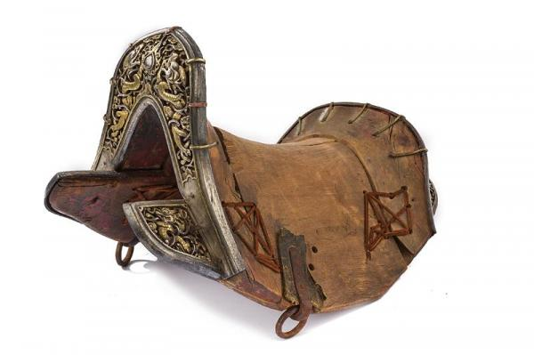 An important saddle with iron mounts - dating: 18th Century  -  provenance: Tibet, [...]