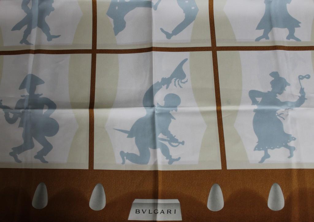49b0cf3cb91 BULGARI Foulard en soie imprimée à décor d acteurs en ombres ...