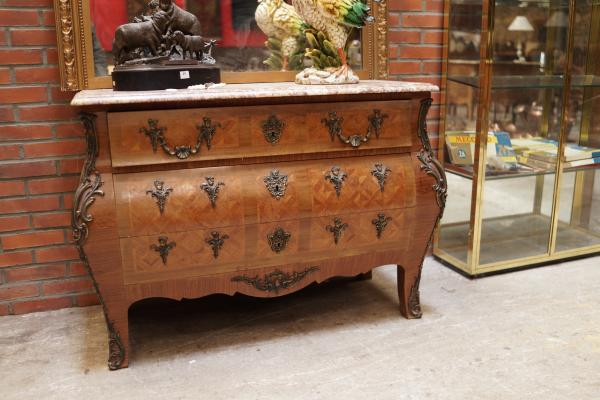 Commode tombeau de style Louis XV.  Petits manques. -