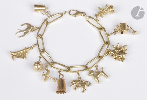 Bracelet en or 18K (750), orné de 11 charms en or jaune 18K en pampilles : un moulin [...]