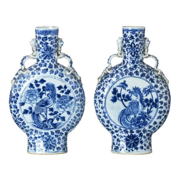 Pair of moon flasks vases in Chinese porcelain - China, Guangxu, decoration blue and [...]