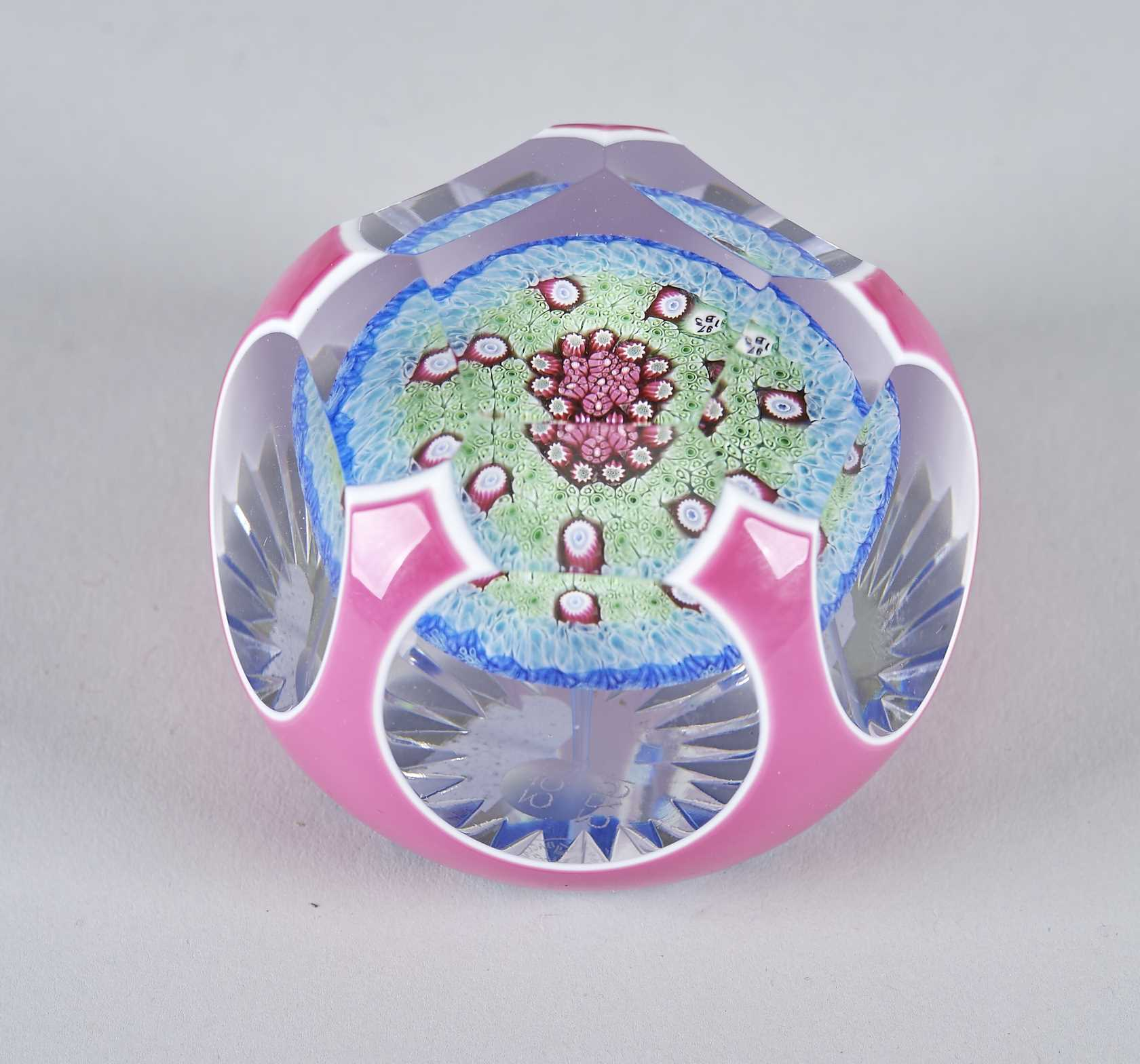 BACCARAT  PRESSE PAPIER en cristal taillé à décor overlay rose et ...