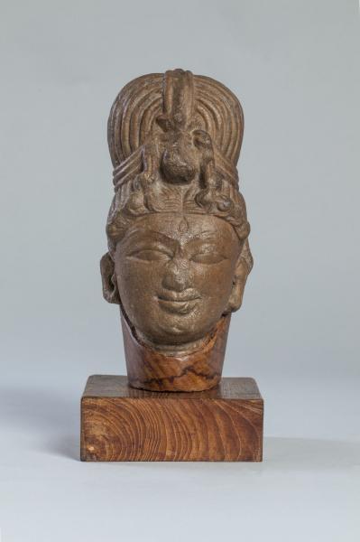 Tête de la déesse Parvati coiffée d'un haut chignon retenu ...