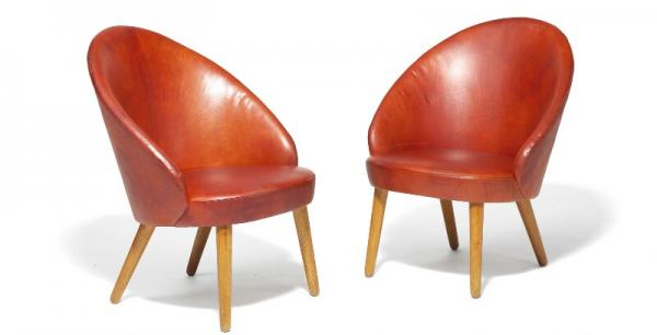 Ejvind A. Johansson: A pair of lounge chairs with round, tapering legs. Seat and back [...]
