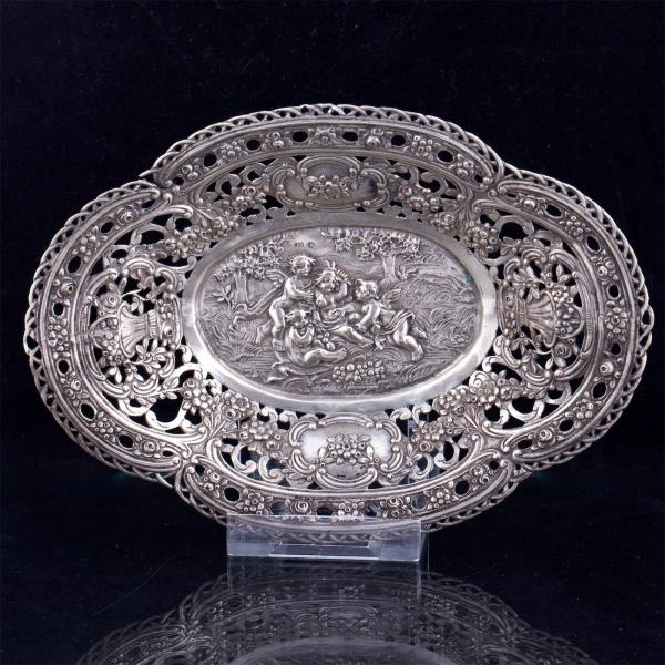 German silver plate. 800 silver standard, chasing. Germany, late 19th century. [...]