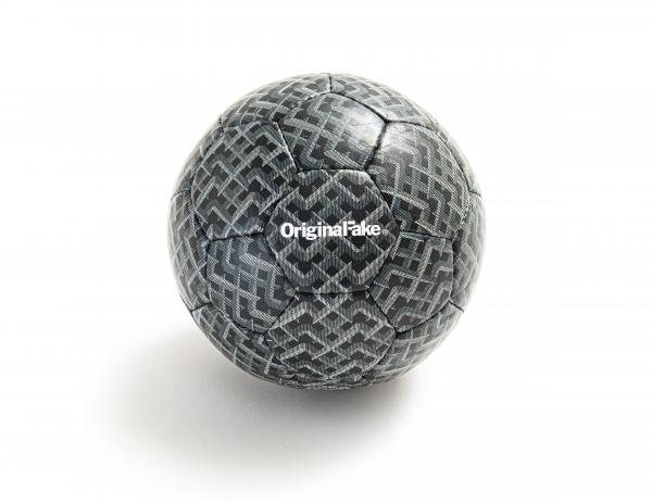 KAWS (Né en 1974) - XP FUTSAL BALL, 2012 Ballon de foot indoor Produit par [...]