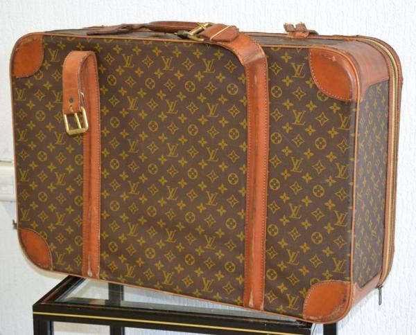Louis Vuitton - Valise en cuir toilée chiffrée LV. (Accidents à une sangle et [...]