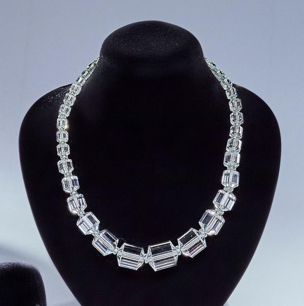 Attribué à BACCARAT COLLIER à perles cylindriques en cristal ...