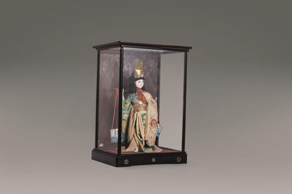 Geisha doll, Japan, early 20th century, inside a glass case  - height 35 cm  - with [...]