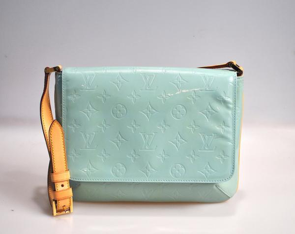 LOUIS VUITTON – SACOCHE THOMSON GM en cuir vernis monogram couleur vert amande à [...]