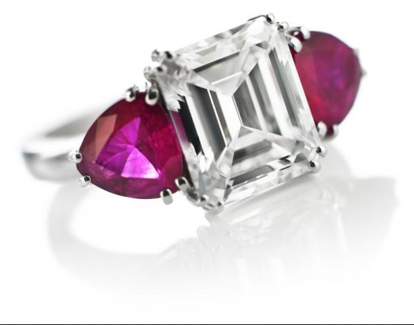 An important diamond and ruby ring set with an emerald-cut diamond weighing app. 3.77 [...]
