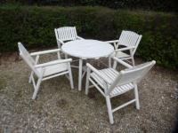 SALON DE JARDIN - en bois laqué blanc comprenant une table et quatre ...