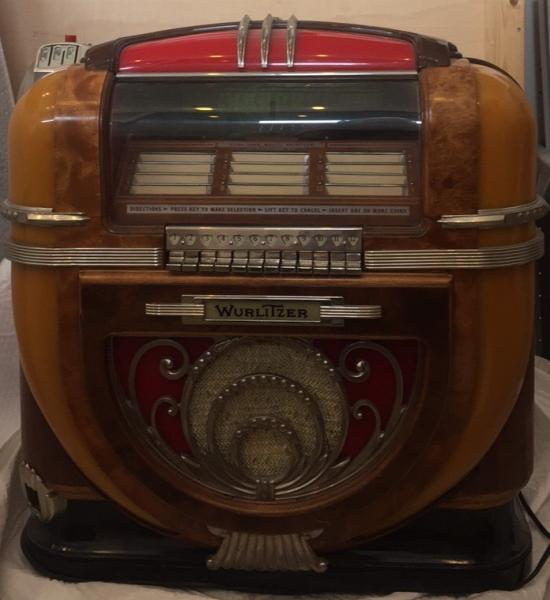 Jukebox Wurlitzer Model 71, circa 1941. - (60 x 60 x 50 cm) - Jukebox dit de table en [...]