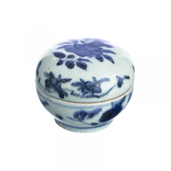 Cosmetic Box in chinese porcelain, Ming - China, Ming Dynasty, decoration in blue [...]