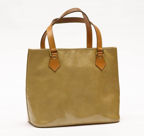 LOUIS VUITTON  -   - A Houston BAG in beige Monogram Vernis. Leather handles. [...]