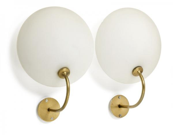 Arne Jacobsen: A pair of brass wall lamps. Shade of multilayer opaline glass. [...]