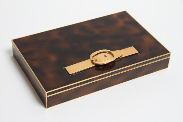 HERMES PARIS, COFFRET METAL DORE ET LAQUE A DECOR D' ECAILLE DE TORTUE, 19 x 12 x 2,7 [...]