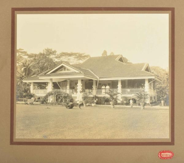 [Asian arts & photography] Photo of fine Singapore villa - Villa with man with lawn [...]