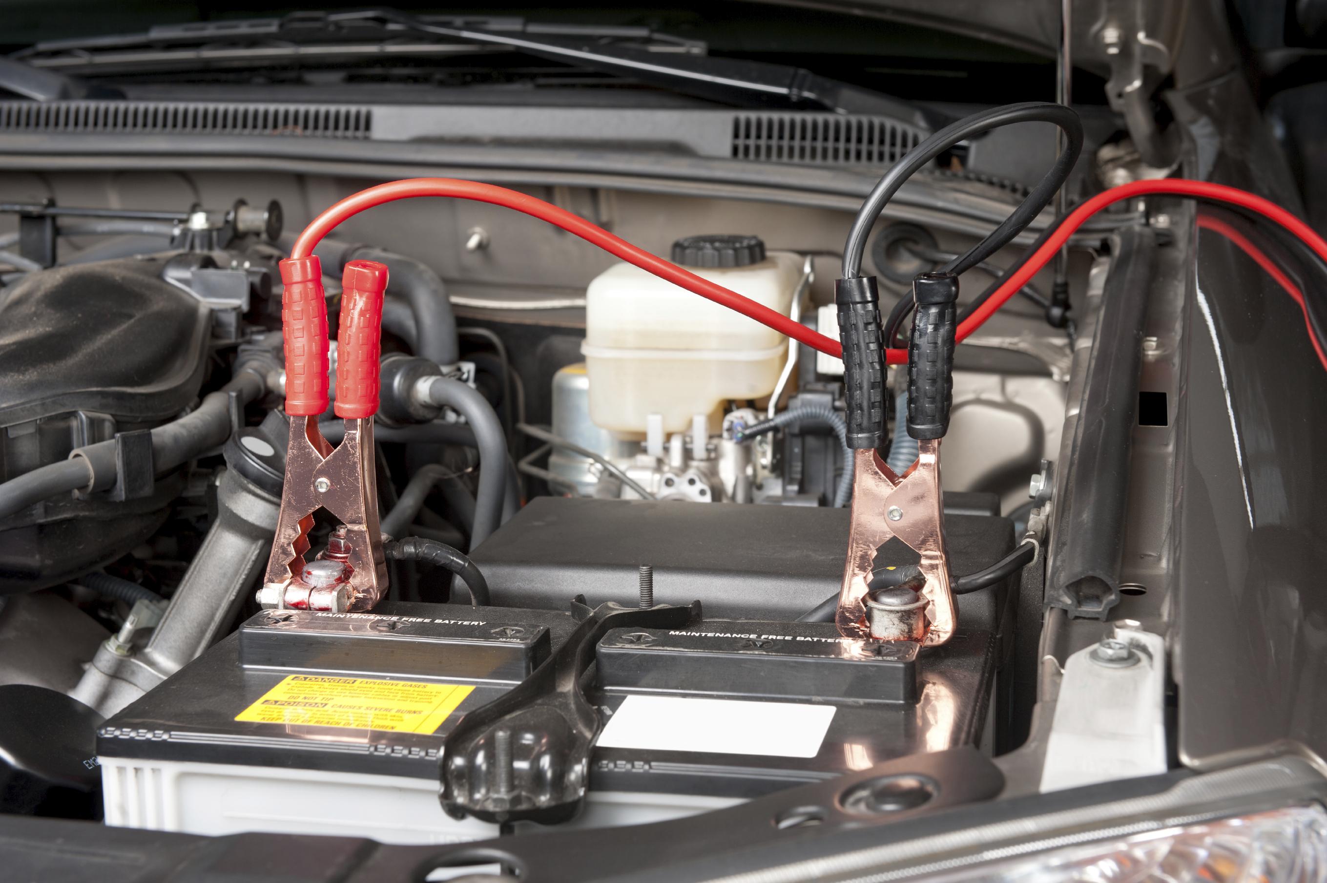 Ladda bilbatteri med startkablar