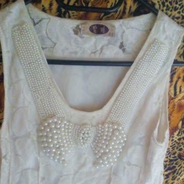 Verspieltes Kleid mit Perlen