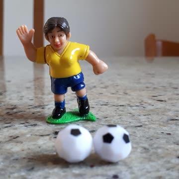 Fussballerin mit 2 Bällen