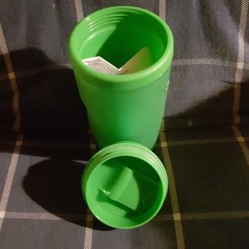 Isolierender Trinkbecher in grün mit Anleitung