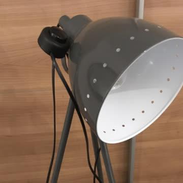 Neuwertige Lampe im Industrielook