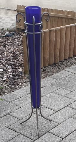 Vase - blau mit Stahlgerüst