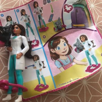 Kinderüberraschungsfigur aus Maxi Ei barbie 👩🏽⚕️