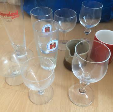 Diverse Gläser und Porzelan