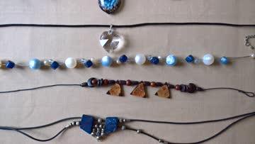5 Halsketten aus verschiedenen Materialien