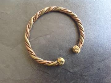 Armband aus Handarbeit