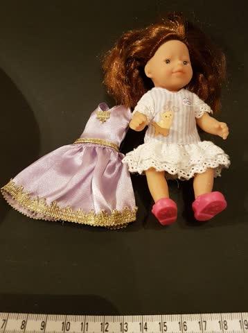 Kleine Puppe mit Wechselkleid