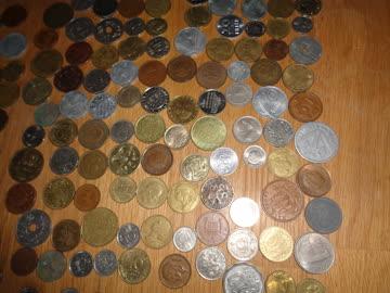 247 ausländische Münzen - Wert unbekannt
