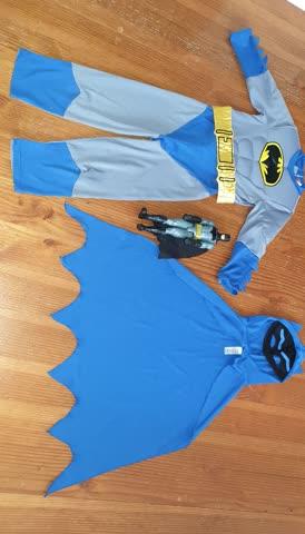 Tolles Batman Kostüm mit ca 30 cm grosser Spielzeug figur da