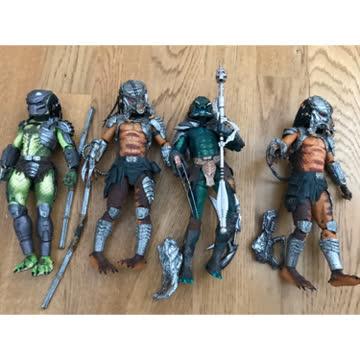 Verschiedene Predator-Figuren