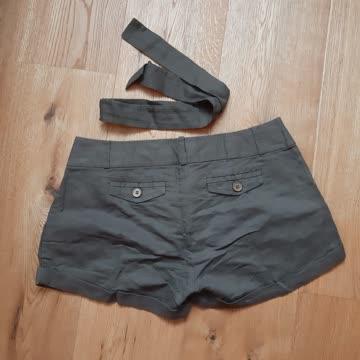 Kurze Hose mit Stoffband-Gürtel