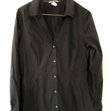 Schwarze taillierte Bluse. Grösse 44