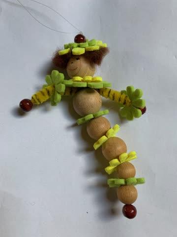 Figur aus Fîlzblumen und Holzperlen