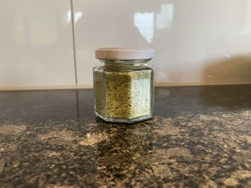Hausgemachtes Kräutersalz im Glas