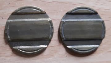 2 Jetons (entspricht der Grösse einer 2-Franken Münze)