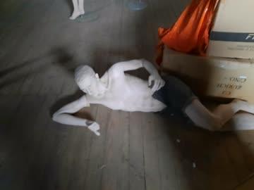 Schaufensterpuppe Mann liegend