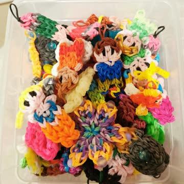 Unzählige Rainbow Loom Figuren