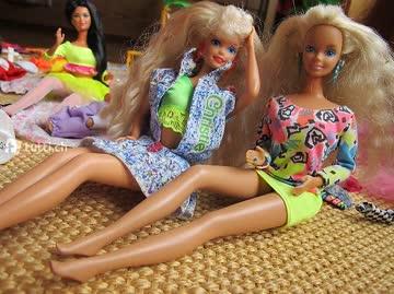 Barbies (Original, 5Stück & 1 Baby) mit Palmen & Hängematte