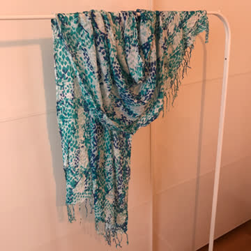 Schal in Blautönen