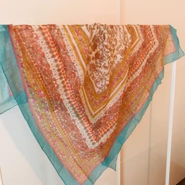 feiner Schal mit Schimmereffekt