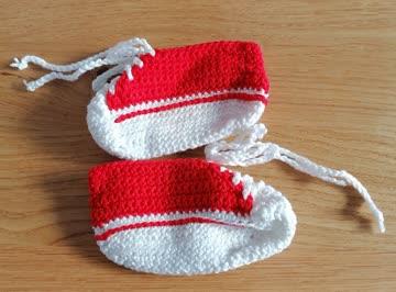 gehäckelte Babyschühchen rot