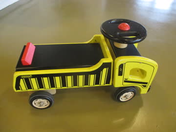 Lässiges Kleinkinderfahrzeug aus Holz