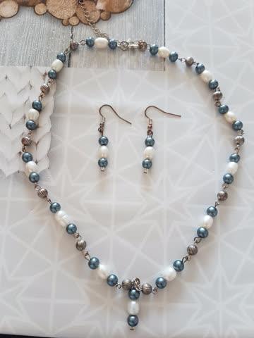 Halskette und passende Ohrringe